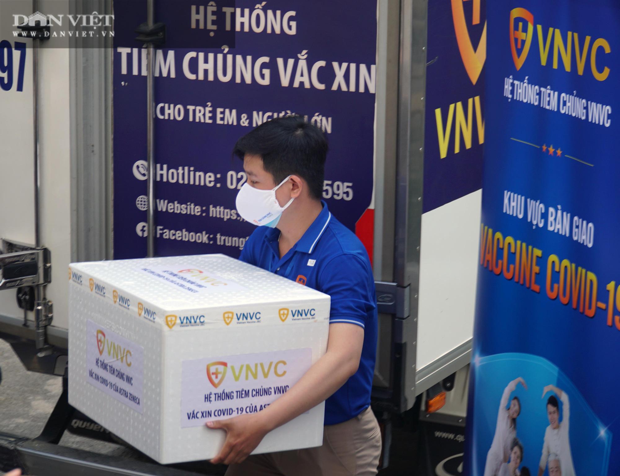 NÓNG: Cận cảnh lô vaccine Covid-19 tiêm đợt đầu tiên tại TP.HCM - Ảnh 8.