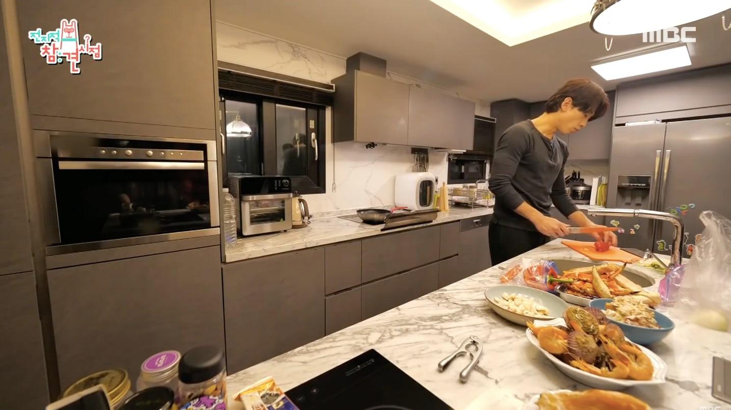 Bi Rain lần đầu hé lộ căn bếp siêu sang của biệt thự trăm tỷ, trổ tài nấu cho Kim Tae Hee đúng chuẩn nghiện vợ - Ảnh 7.