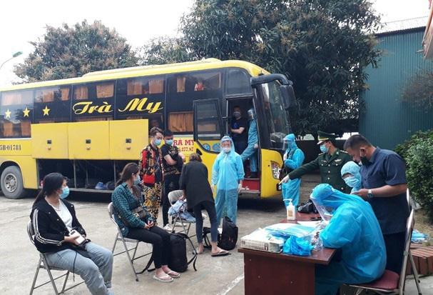 Nóng: Phát hiện xe khách chở 53 người Trung Quốc nhập cảnh trái phép   - Ảnh 2.
