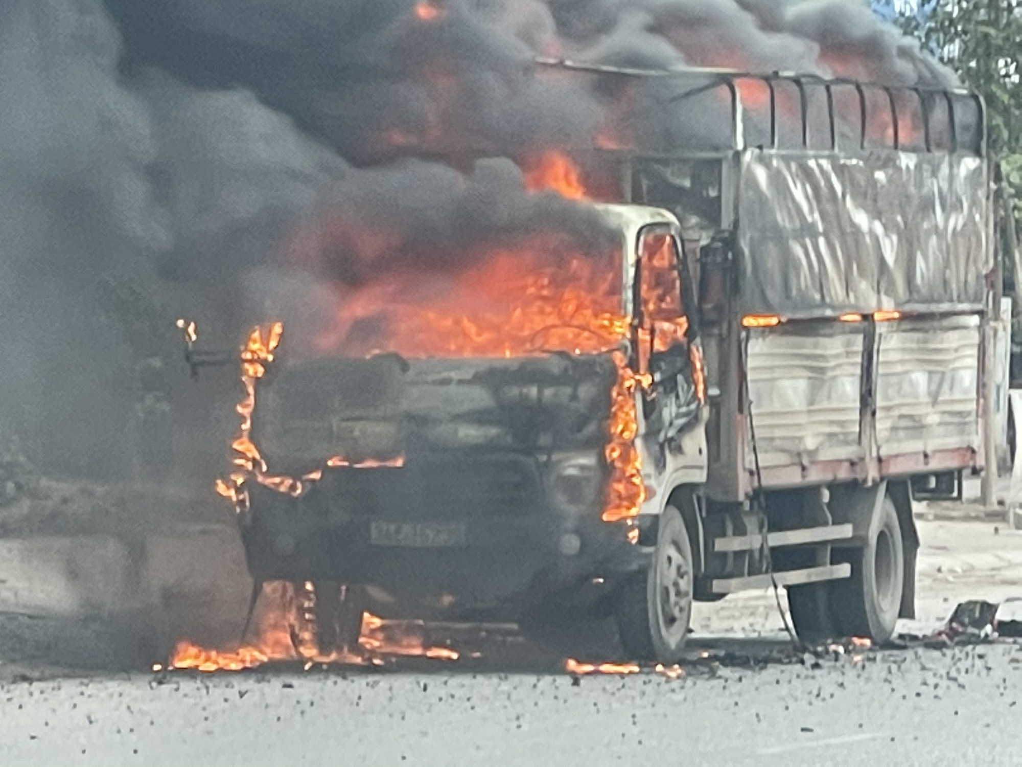 Chiếc xe đang chạy trên đường bỗng nhiên bốc cháy ngùn ngụt.