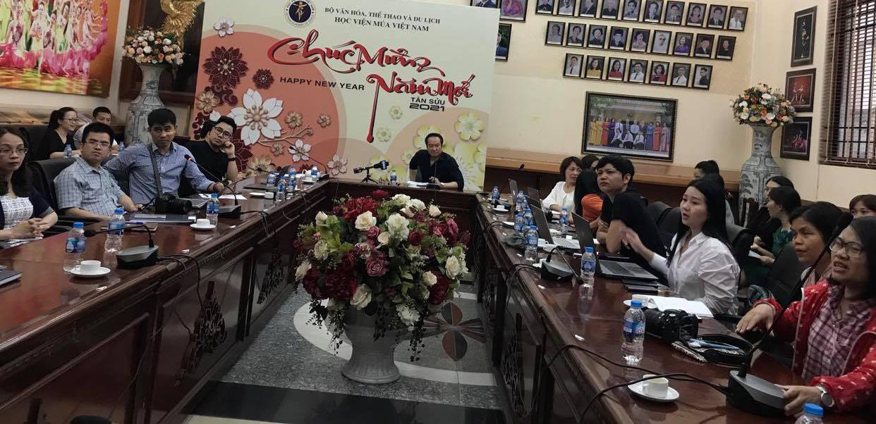 Lãnh đạo Học viện Múa Việt Nam làm việc với báo chí và phụ huynh tveef việc cấp bằng cho học sinh, chiều ngày 1/4. Ảnh: N.T