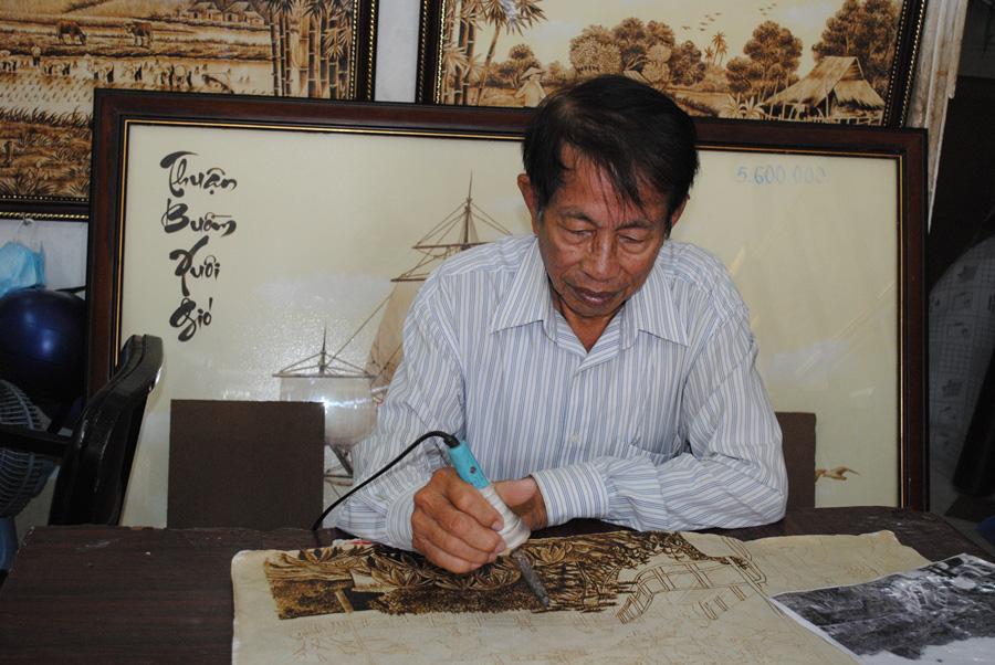 Độc đáo tranh từ lá thốt nốt của nghệ nhân vùng Bảy Núi  được công nhận sản phẩm OCOP - Ảnh 1.