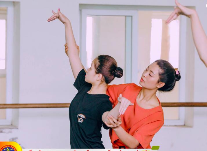Các học sinh trường múa sau gàn 7 năm trời học hành miệt mài vẫn chưa được cấp bất cứ văn bằng nào. Ảnh: N.V