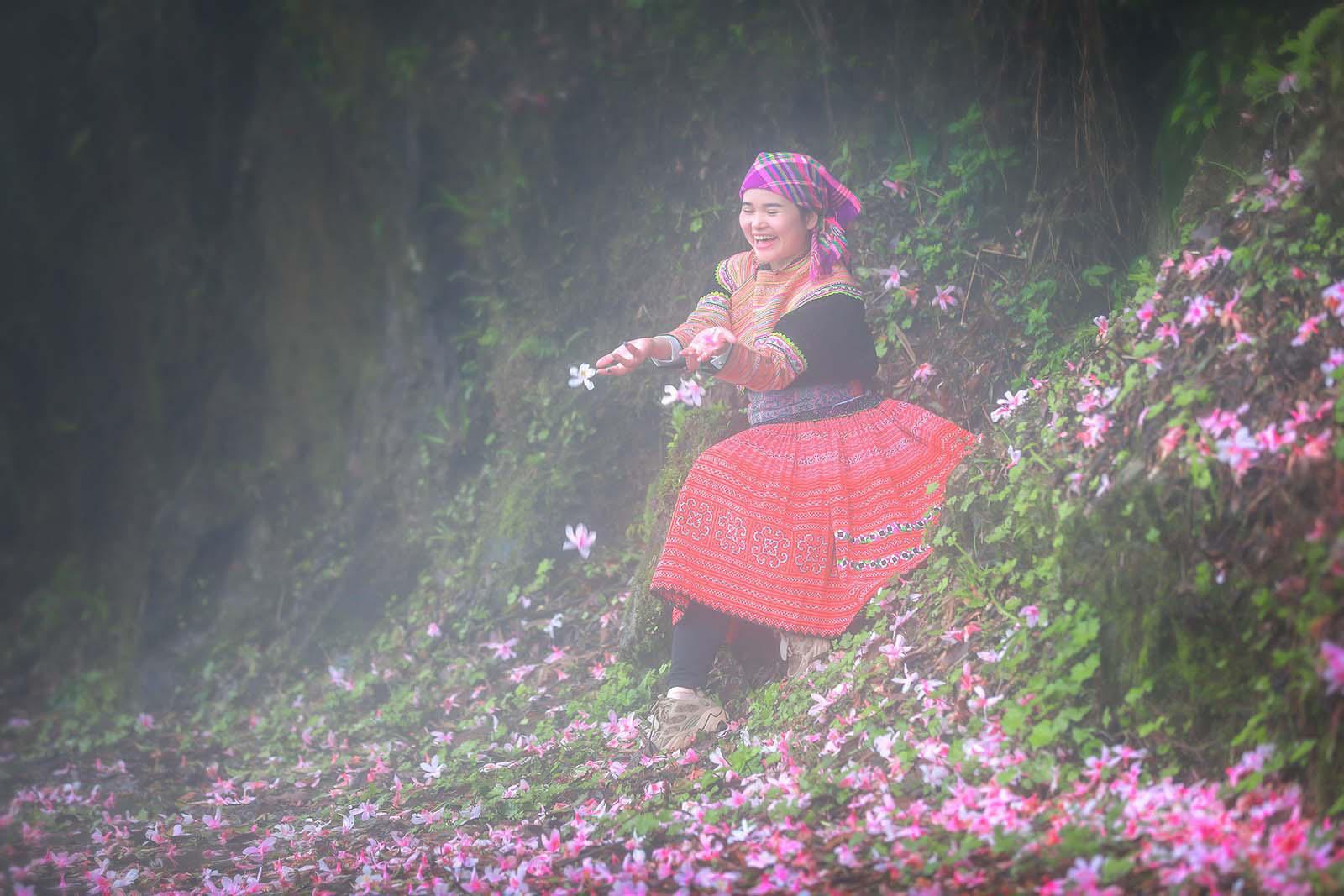 Cao Bằng: Mê mẩn sắc hoa Đỗ quyên cổ thụ rực rỡ trên đỉnh Phia Oắc - Ảnh 6.