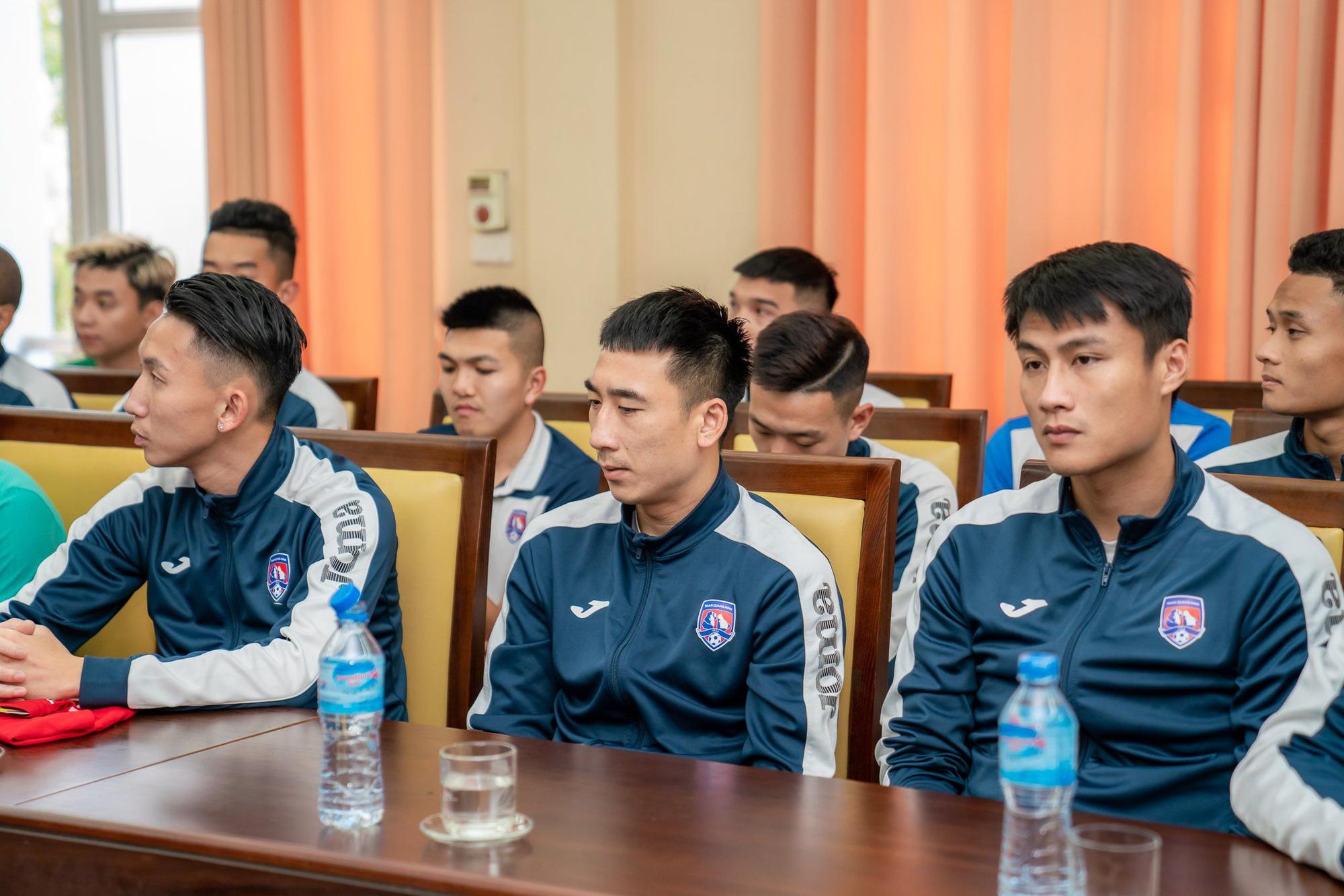CLB Than Quảng Ninh được nhóm CĐV đặc biệt tặng 1,5 tỷ