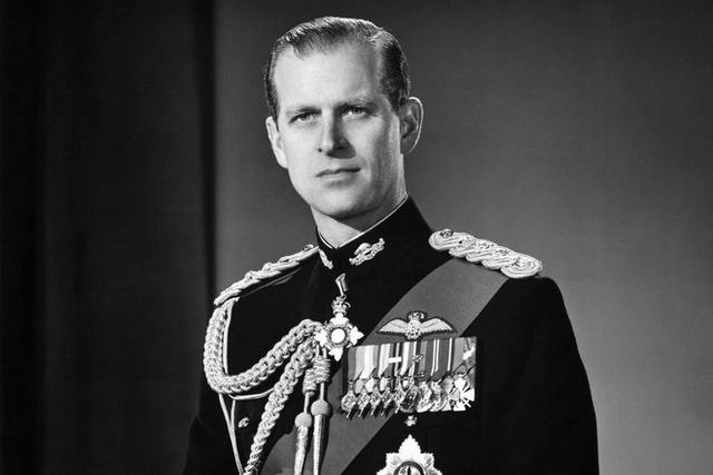 Cung điện Buckingham: Rất đông người dân đến đặt hoa để tưởng nhớ Hoàng thân Philip - Ảnh 2.