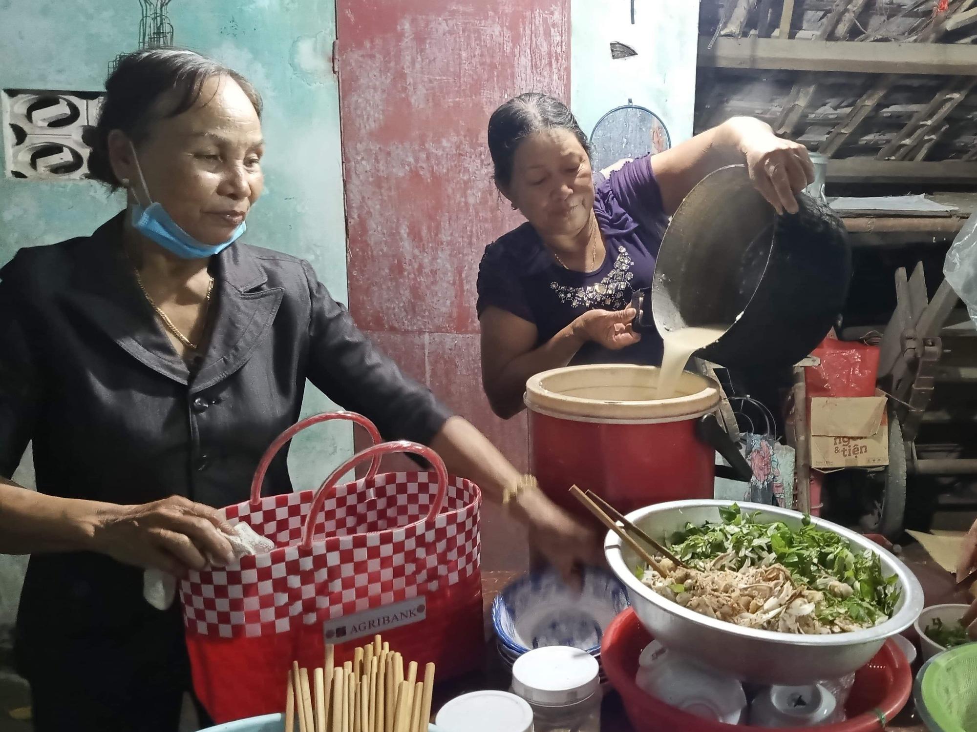 Nấu cơm miễn phí phục vụ các chiến sĩ xuyên đêm làm căn cước công dân - Ảnh 1.