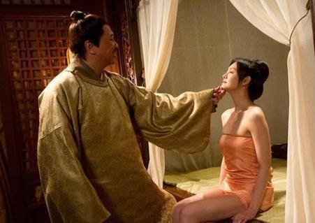 Kỳ bí nha đầu mặc đồ ngủ đứng cạnh đầu giường trong đêm tân hôn của tiểu thư nhà mình - Ảnh 3.