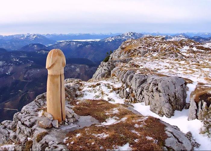 """Những màn biến hình bí ẩn của tượng dương vật """"khủng"""" trên núi Ötscher - Ảnh 1."""