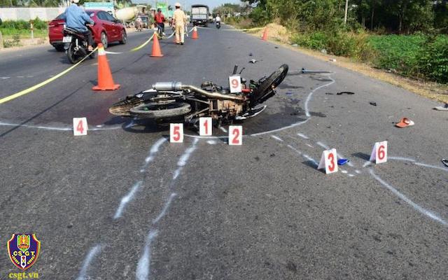 Quảng Trị: Va chạm với ô tô, hai người đi xe máy tử vong - Ảnh 1.