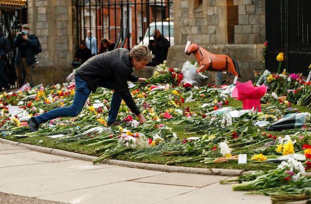 Nước Anh để tang Hoàng tử Philip, tuy nhiên hạn chế việc đặt hoa do lo ngại dịch bệnh COVID-19 - Ảnh 4.