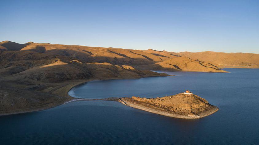 Ngôi chùa bí ẩn nằm giữa hồ Thánh, chỉ có 1 nhà sư ở Tây Tạng - Ảnh 1.