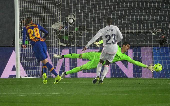 Barca thua đau Real Madrid, HLV Koeman trút giận vào VAR - Ảnh 1.