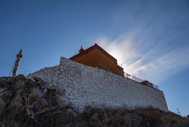 Ngôi chùa bí ẩn nằm giữa hồ Thánh, chỉ có 1 nhà sư ở Tây Tạng - Ảnh 4.
