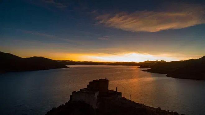 Ngôi chùa bí ẩn nằm giữa hồ Thánh, chỉ có 1 nhà sư ở Tây Tạng - Ảnh 8.