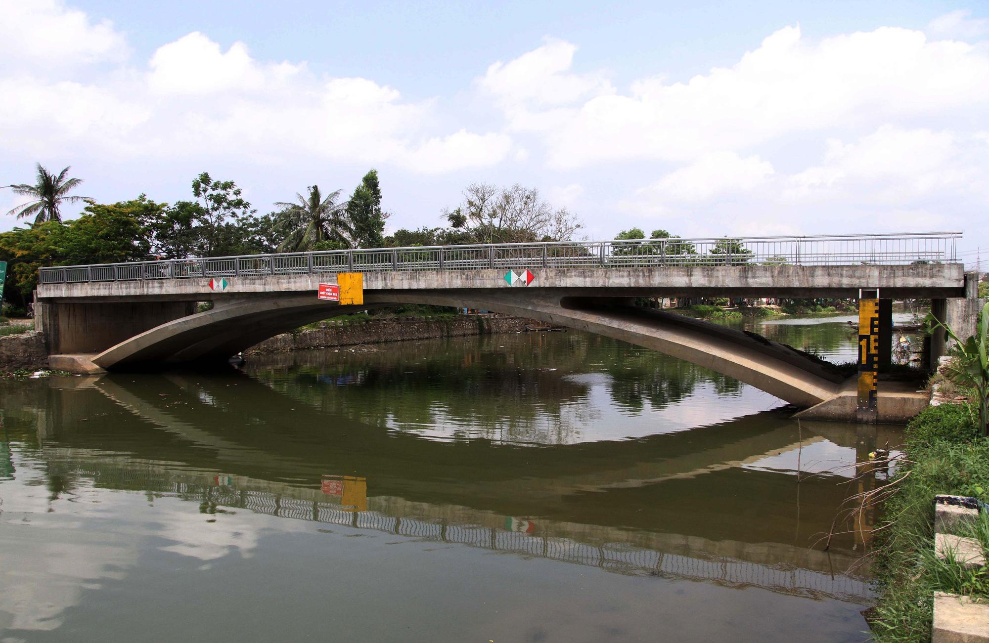 ẢNH: Cầu 32 tỷ xây xong để hoang vì không có đường dẫn - Ảnh 1.