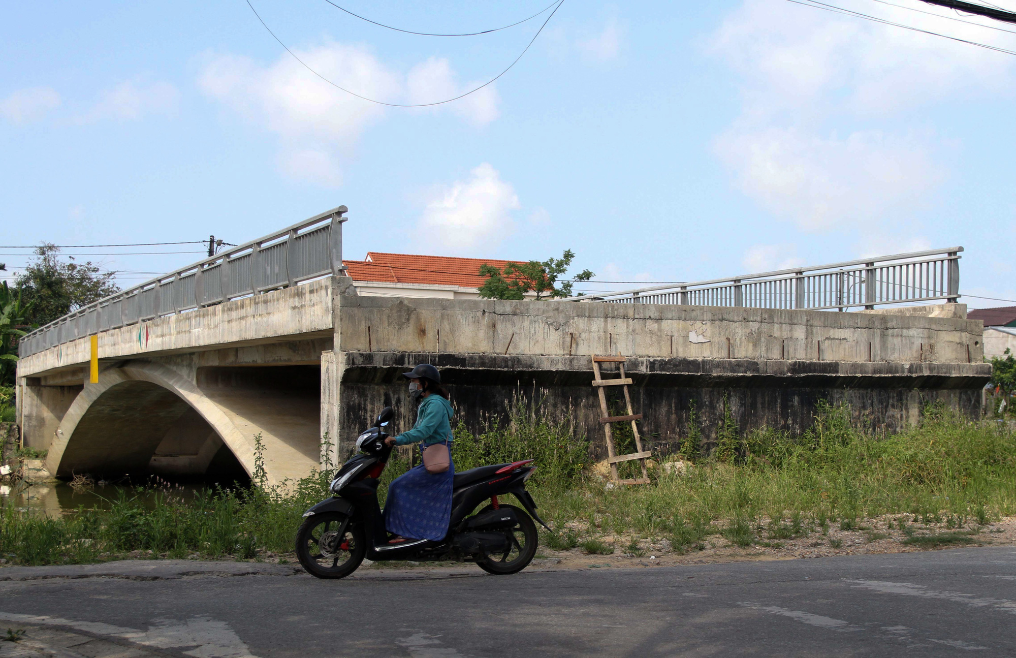 ẢNH: Cầu 32 tỷ xây xong để hoang vì không có đường dẫn - Ảnh 2.