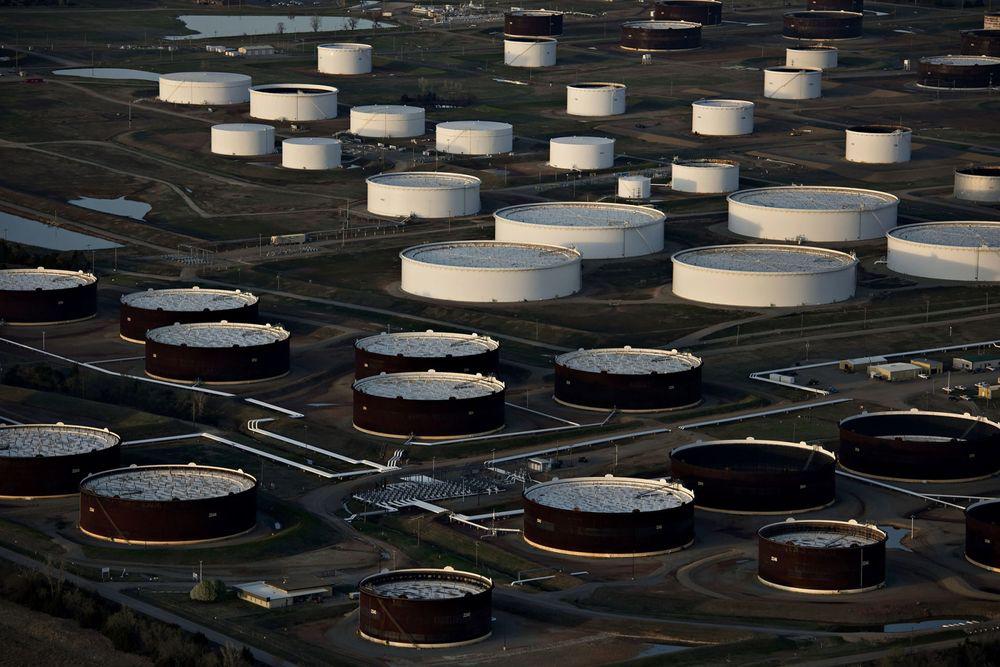 Còn rất nhiều dầu được dự trữ khắp nơi trên toàn cầu, dễ hiểu vì sao OPEC+ thận trọng - Ảnh 1.