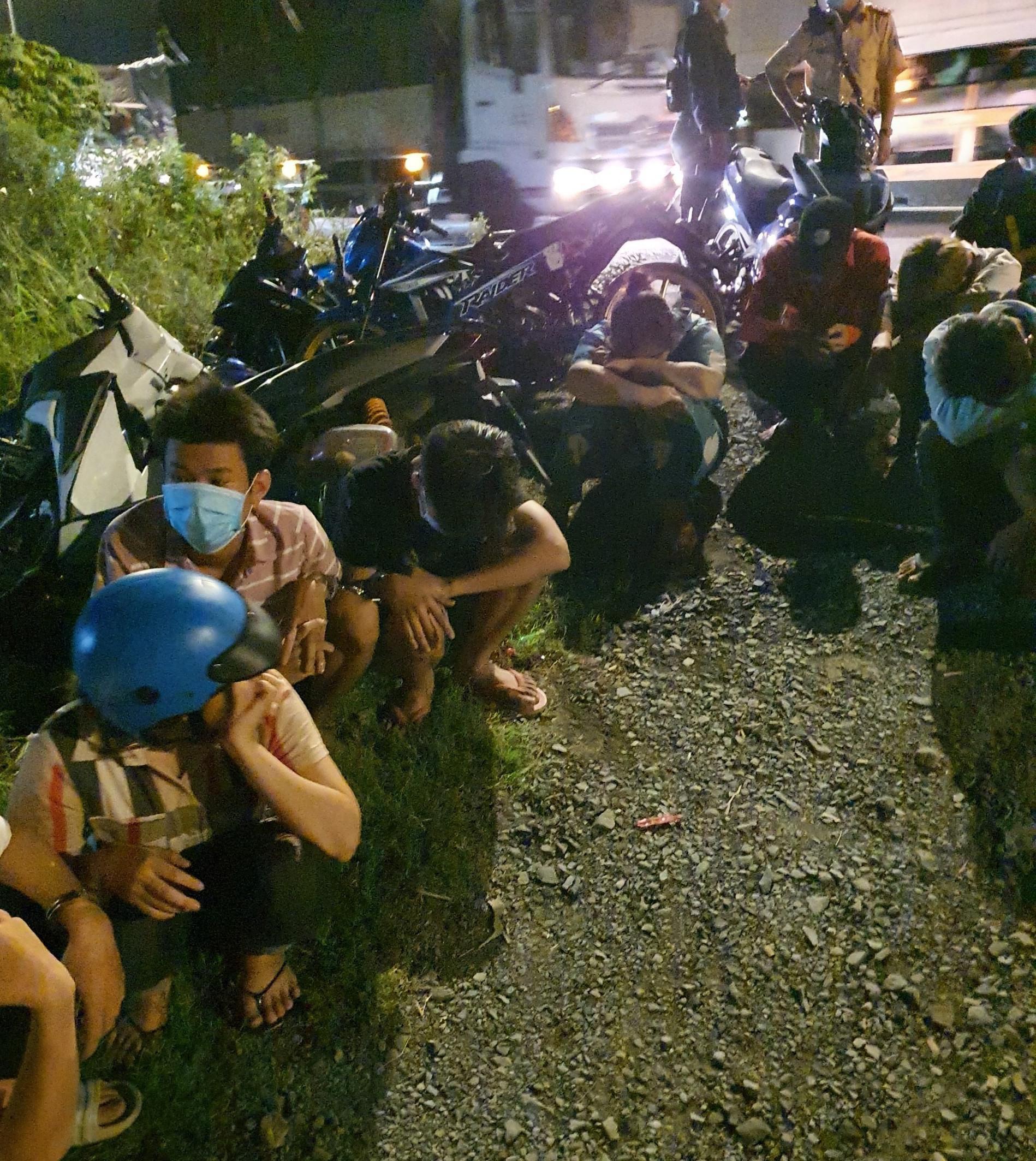 Video: Hàng trăm 'quái xế' tháo chạy, lao xe xuống kênh bỏ trốn khi bị vây bắt - Ảnh 2.
