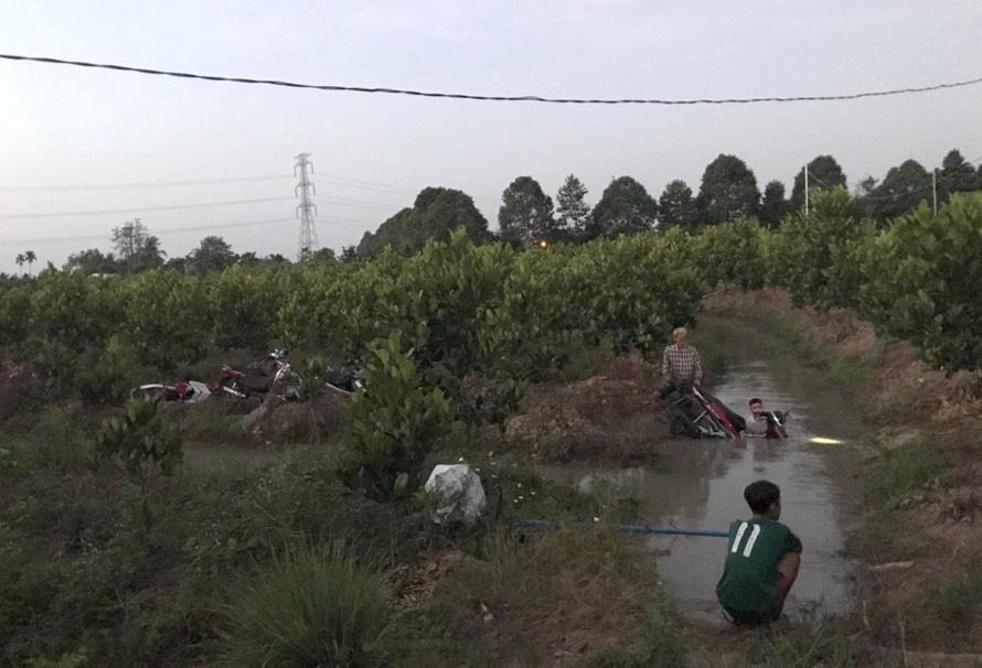 Video: Hàng trăm 'quái xế' tháo chạy, lao xe xuống kênh bỏ trốn khi bị vây bắt - Ảnh 4.