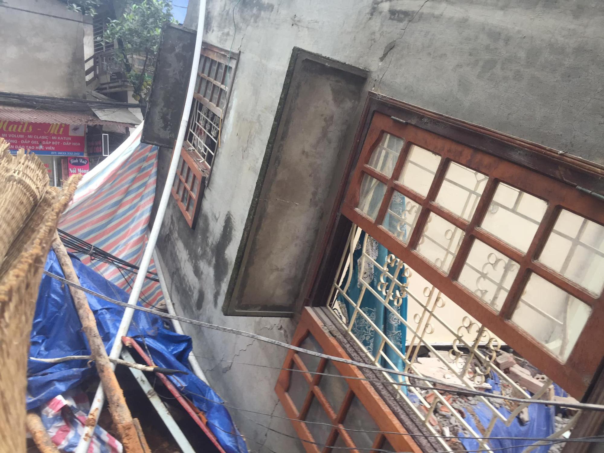 Ngôi nhà 2 tầng bất ngờ đổ sập xuống đường ở thành phố Lào Cai - Ảnh 1.