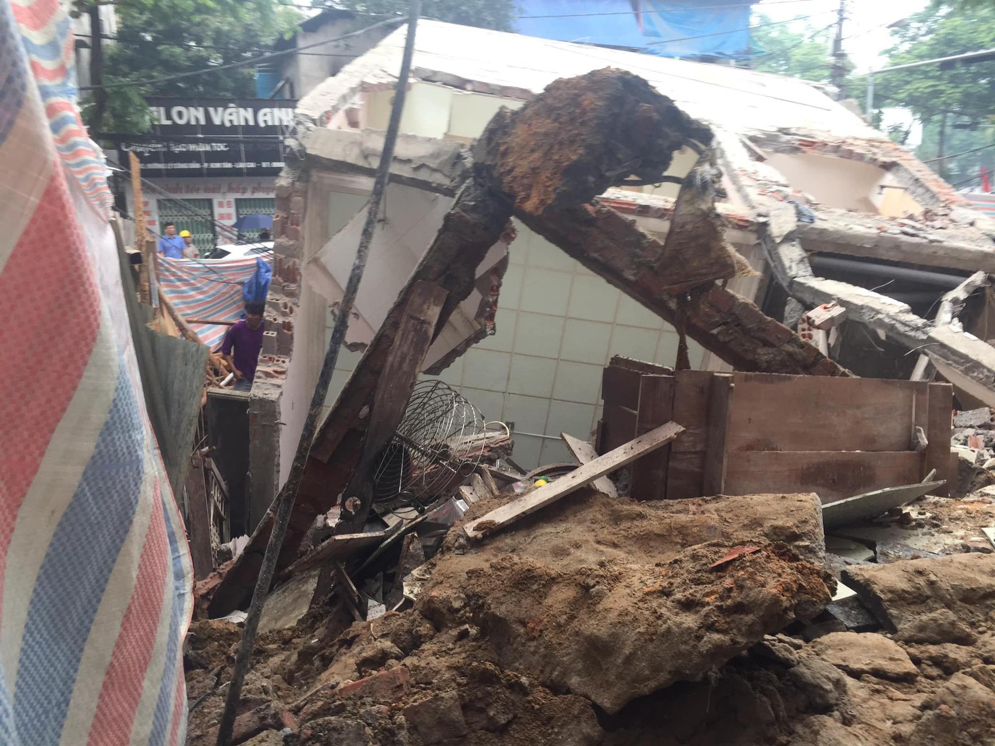 Ngôi nhà 2 tầng bất ngờ đổ sập xuống đường ở thành phố Lào Cai - Ảnh 3.