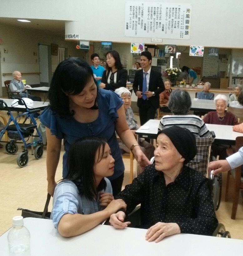 Công việc của điều dưỡng bao gồm cả việc trò chuyện, chăm sóc ghi nhận sức khỏe của người bệnh. ẢNh: V.H