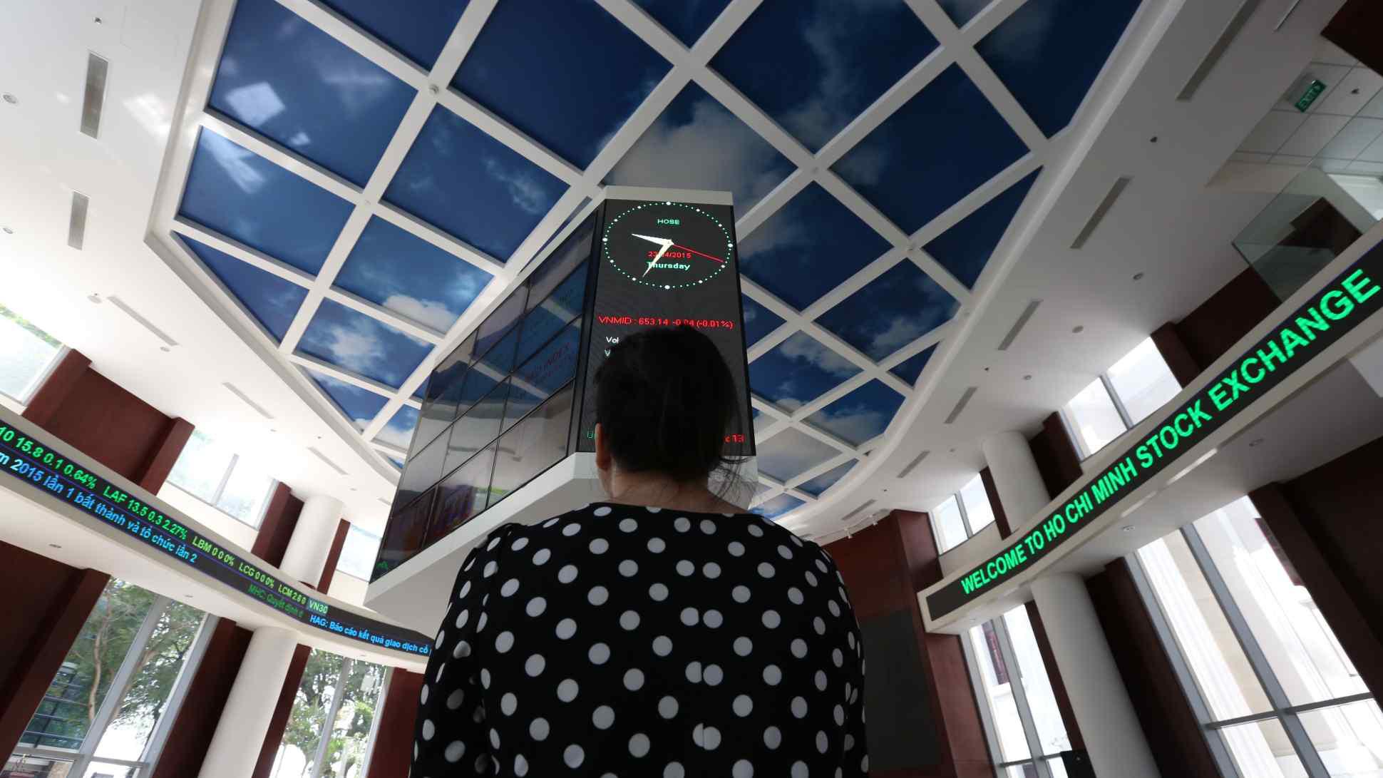 Nikkei: Lãi suất tiết kiệm thấp thúc đẩy sốt chứng khoán ở Việt Nam - Ảnh 1.