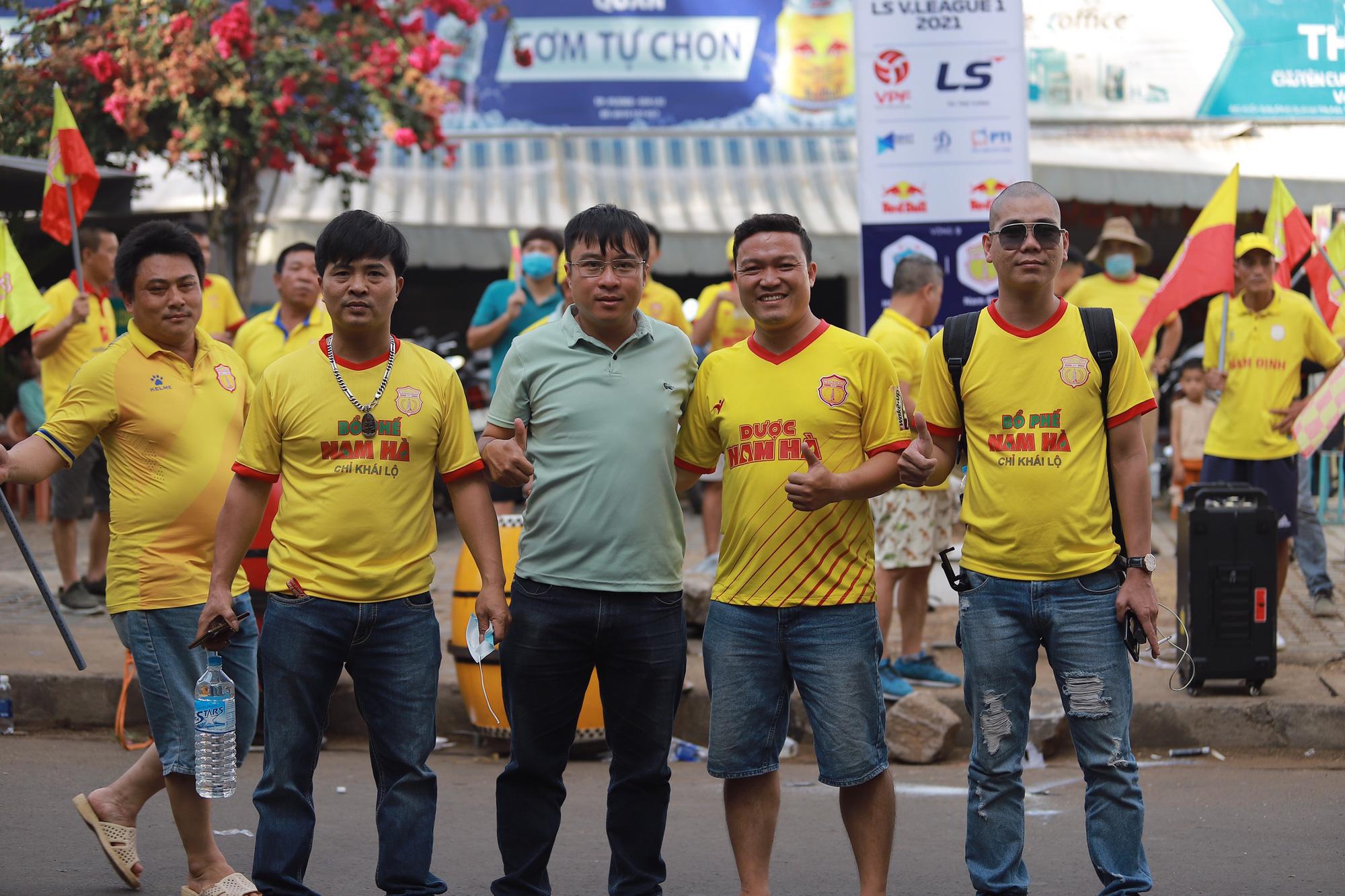 CĐV Nam Định đốt pháo sáng, đánh trống, khua chiêng náo động sân nhà HAGL - Ảnh 2.