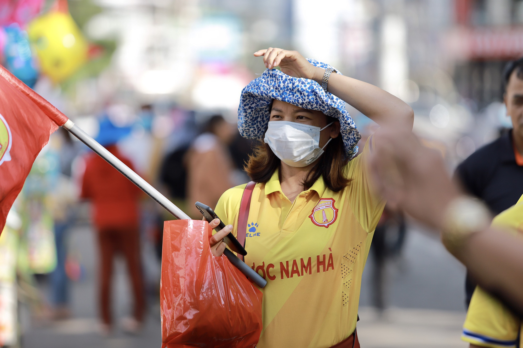 CĐV Nam Định đốt pháo sáng, không cần vé vẫn được vào sân HAGL - Ảnh 5.