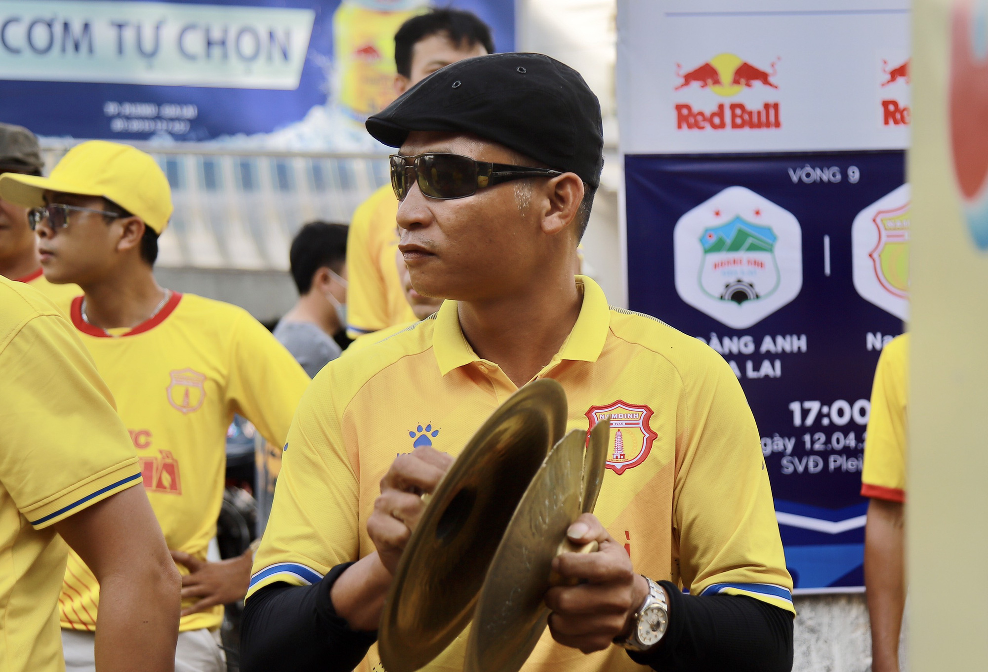 CĐV Nam Định đốt pháo sáng, không cần vé vẫn được vào sân HAGL - Ảnh 4.