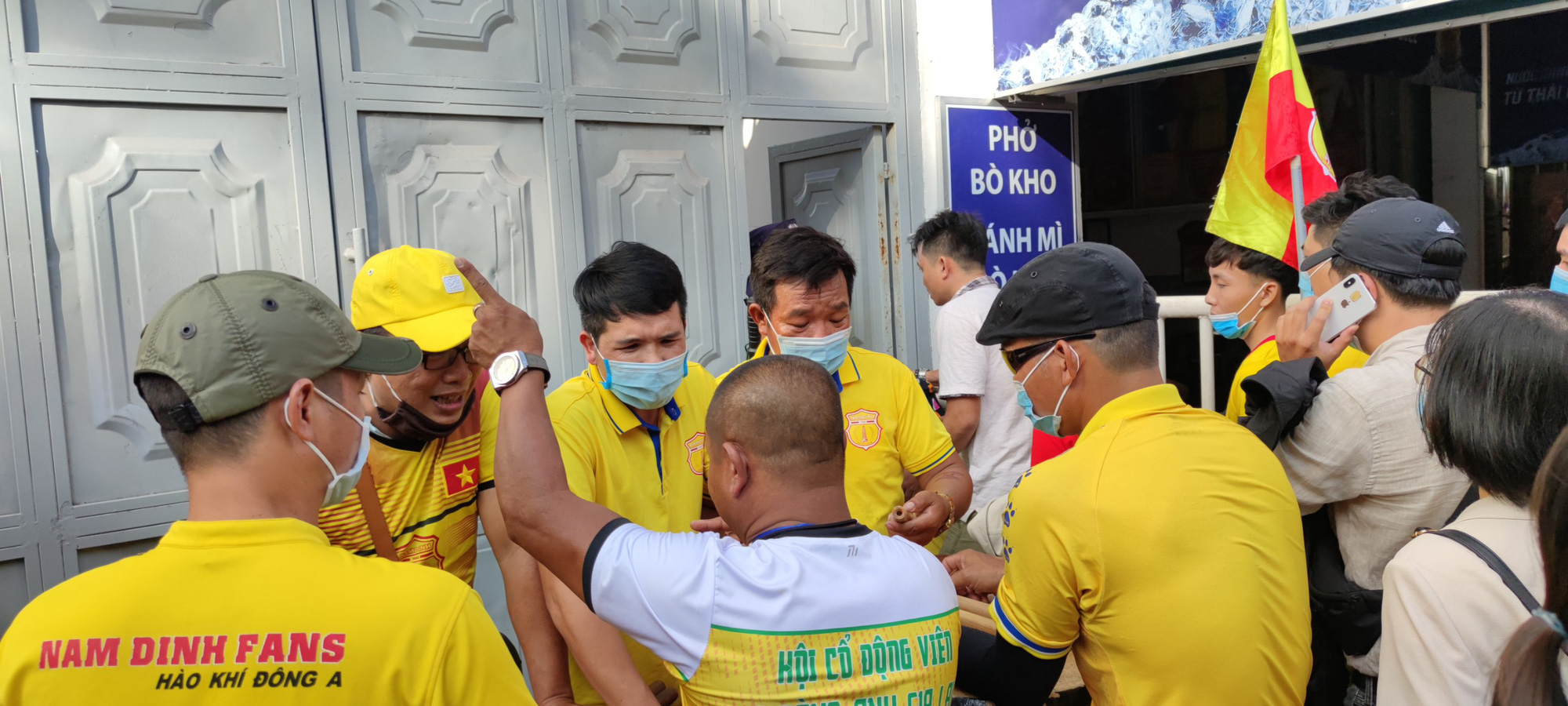 CĐV Nam Định đốt pháo sáng, không cần vé vẫn được vào sân HAGL - Ảnh 7.