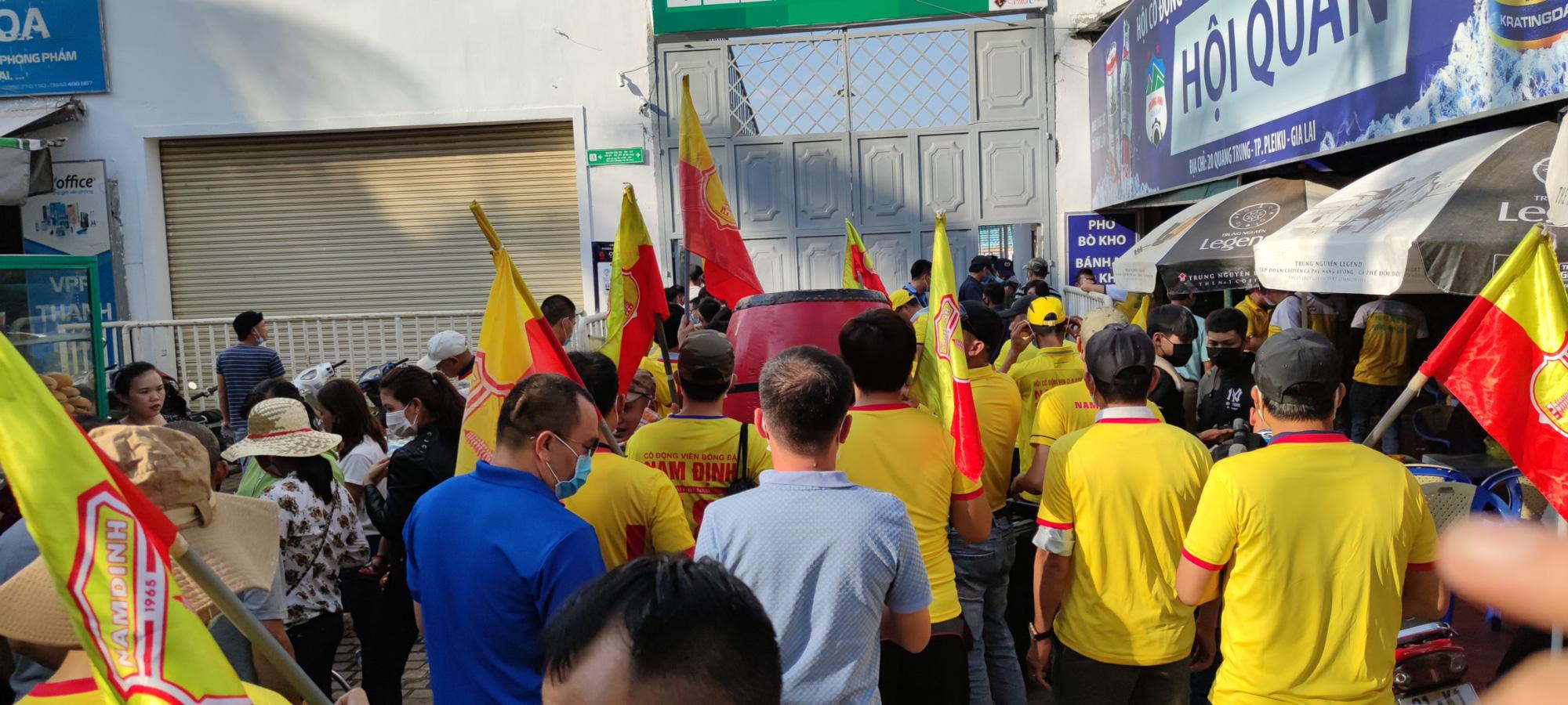 CĐV Nam Định đốt pháo sáng, không cần vé vẫn được vào sân HAGL - Ảnh 8.