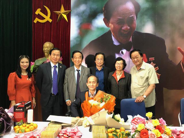 Người thân trong gia đình đến chúc mừng nhạc sĩ Lân Cường trong buổi ra mắt sách.