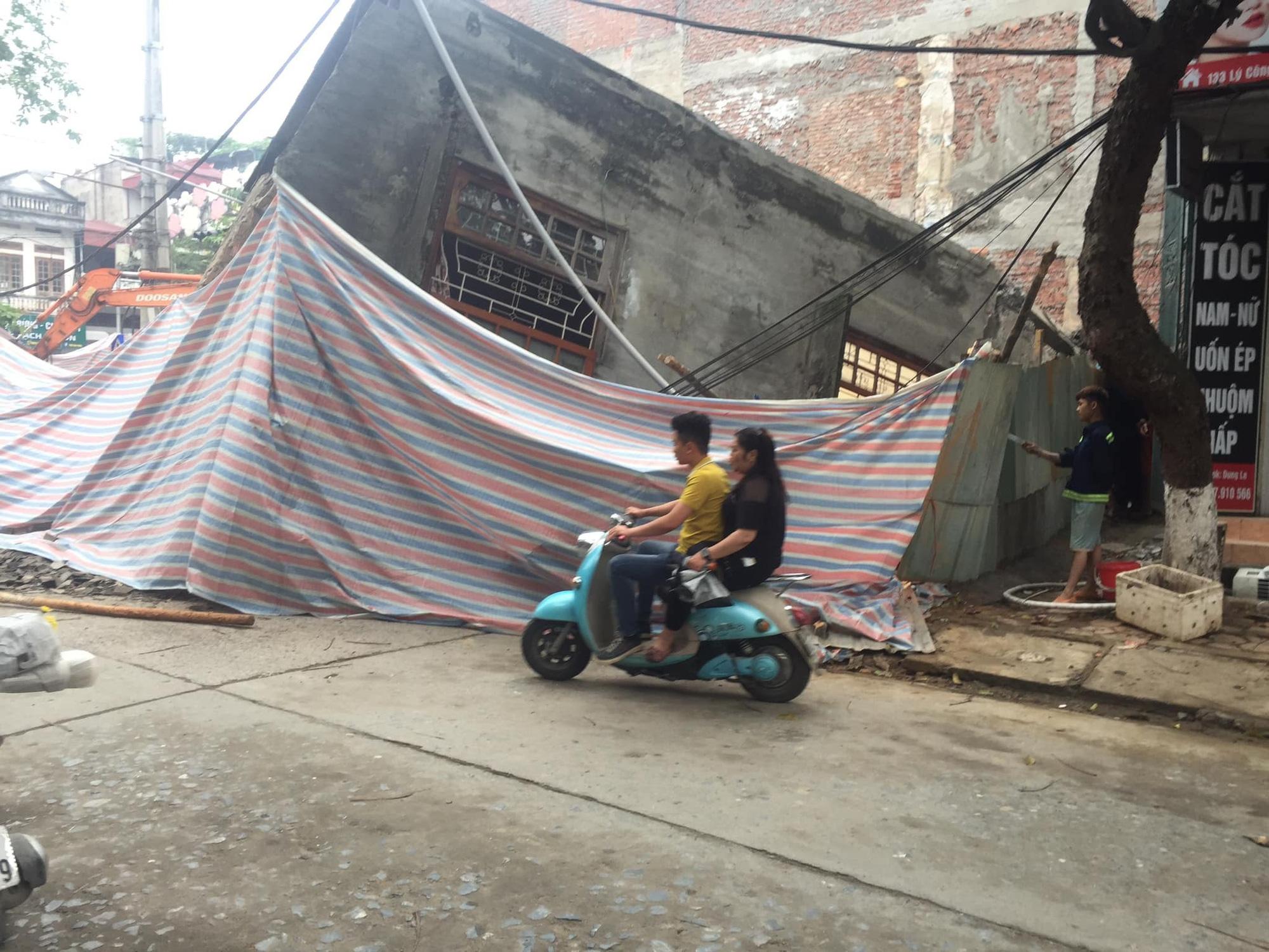 Ngôi nhà 2 tầng bất ngờ đổ sập xuống đường ở thành phố Lào Cai - Ảnh 2.