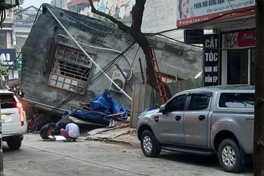 Ngôi nhà 2 tầng bất ngờ đổ sập xuống đường ở thành phố Lào Cai - Ảnh 4.