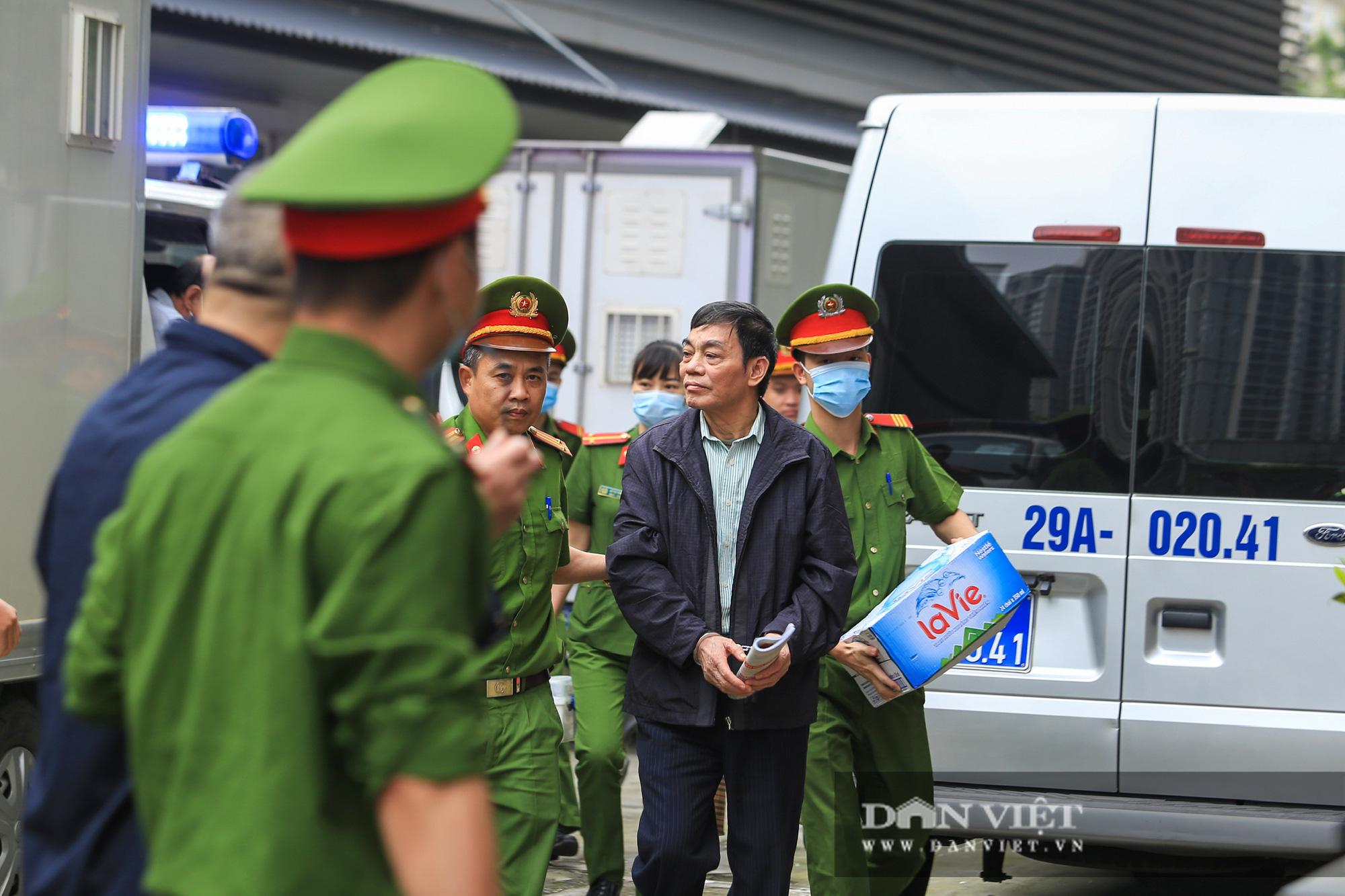 Ông Mai Văn Tinh cùng 18 bị cáo đến hầu toà vụ Gang thép Thái Nguyên - Ảnh 3.