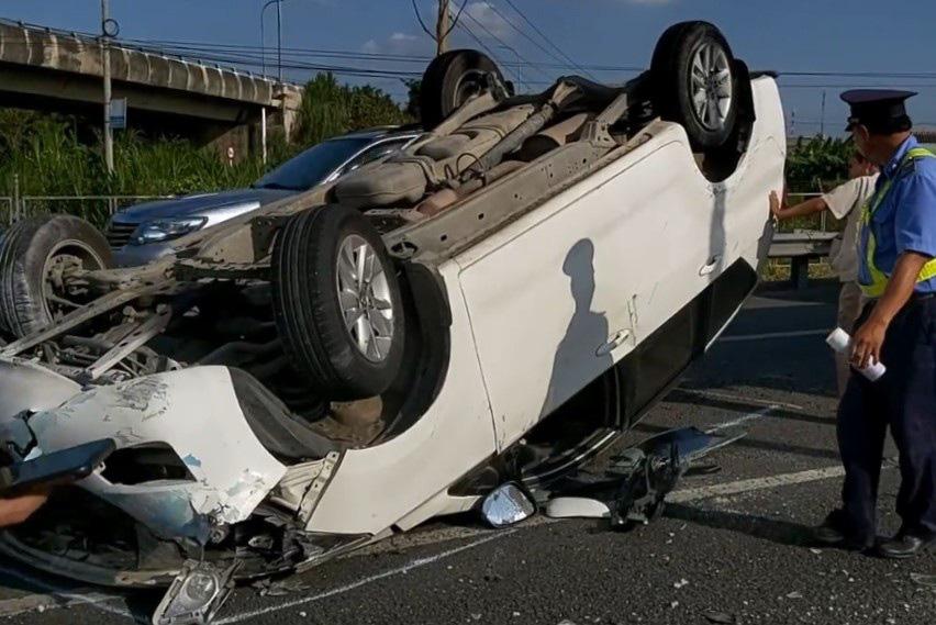 Xe khách hất ô tô 7 chỗ lật ngửa, chắn ngang cao tốc - Ảnh 2.