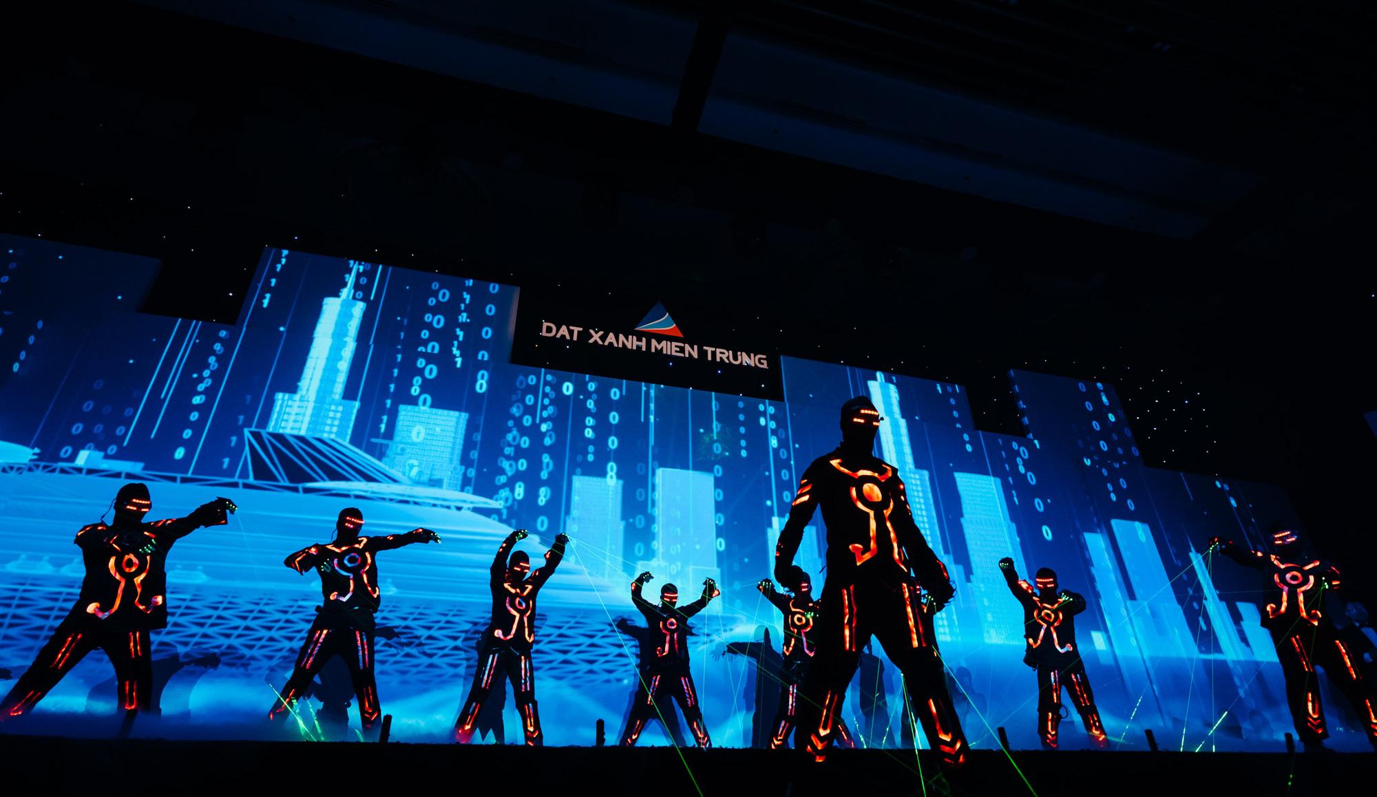 Nghệ thuật và công nghệ ánh sáng tái hiện Sắc màu Thập kỷ, kỷ niệm 10 năm thành lập Đất Xanh Miền Trung - Ảnh 2.