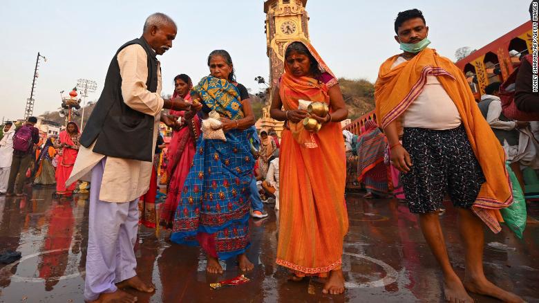 Hàng triệu người Hindu hành hương đến sông Hằng trong bối cảnh số lượng ca nhiễm COVID-19 ở Ấn Độ tiếp tục tăng - Ảnh 1.