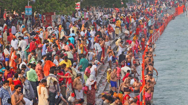Hàng triệu người Hindu hành hương đến sông Hằng trong bối cảnh số lượng ca nhiễm COVID-19 ở Ấn Độ tiếp tục tăng - Ảnh 2.