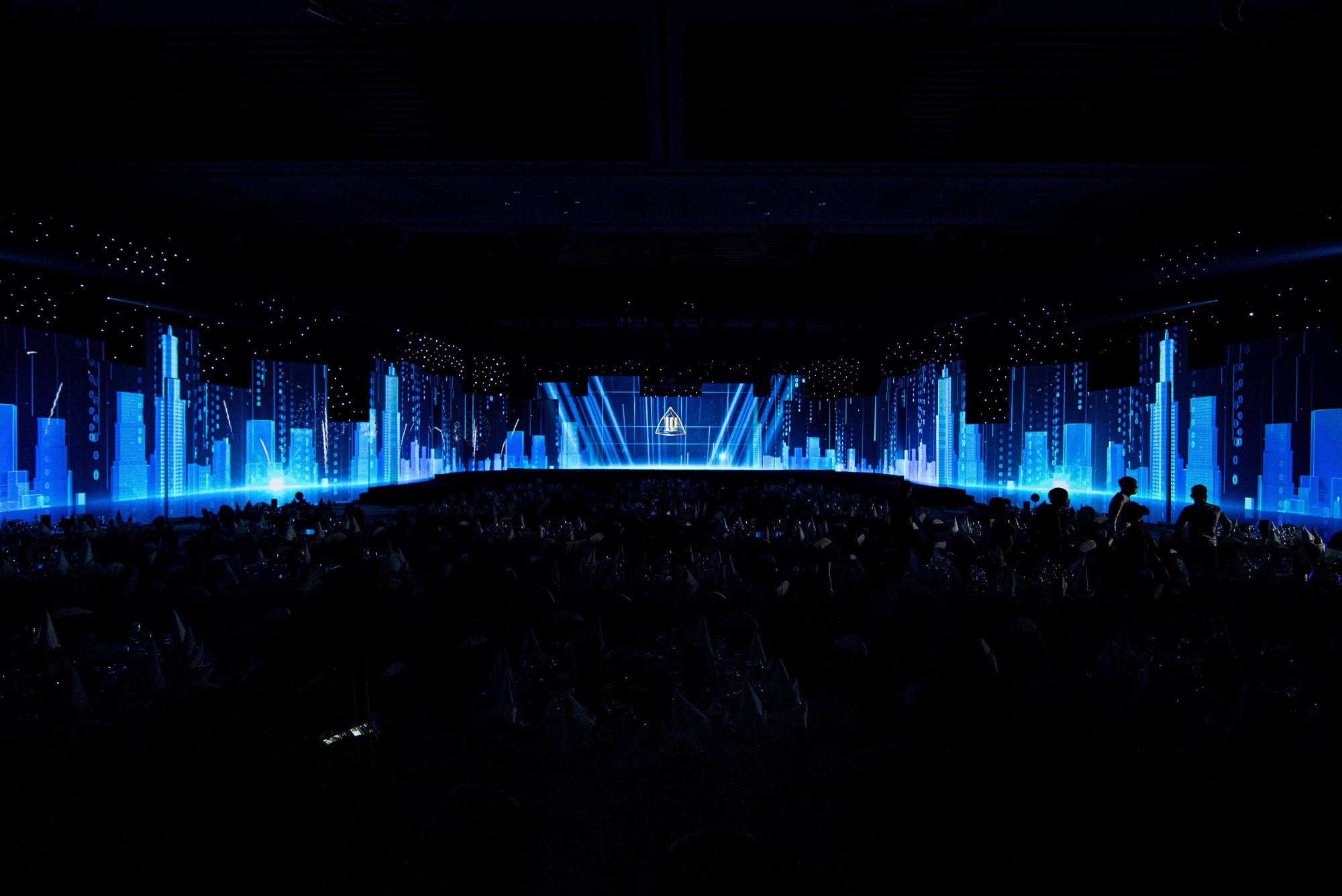 Nghệ thuật và công nghệ ánh sáng tái hiện Sắc màu Thập kỷ, kỷ niệm 10 năm thành lập Đất Xanh Miền Trung - Ảnh 3.