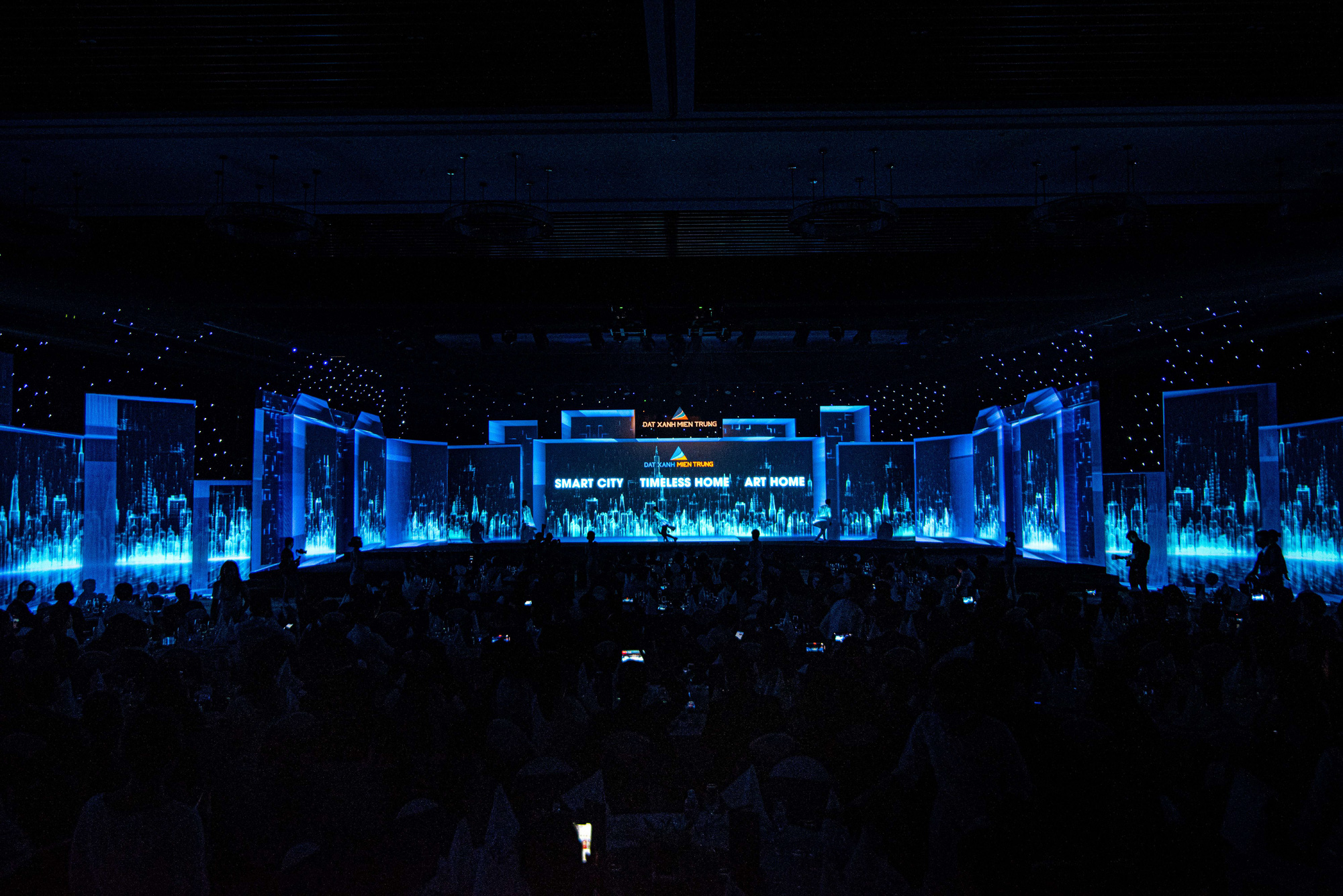 Nghệ thuật và công nghệ ánh sáng tái hiện Sắc màu Thập kỷ, kỷ niệm 10 năm thành lập Đất Xanh Miền Trung - Ảnh 4.
