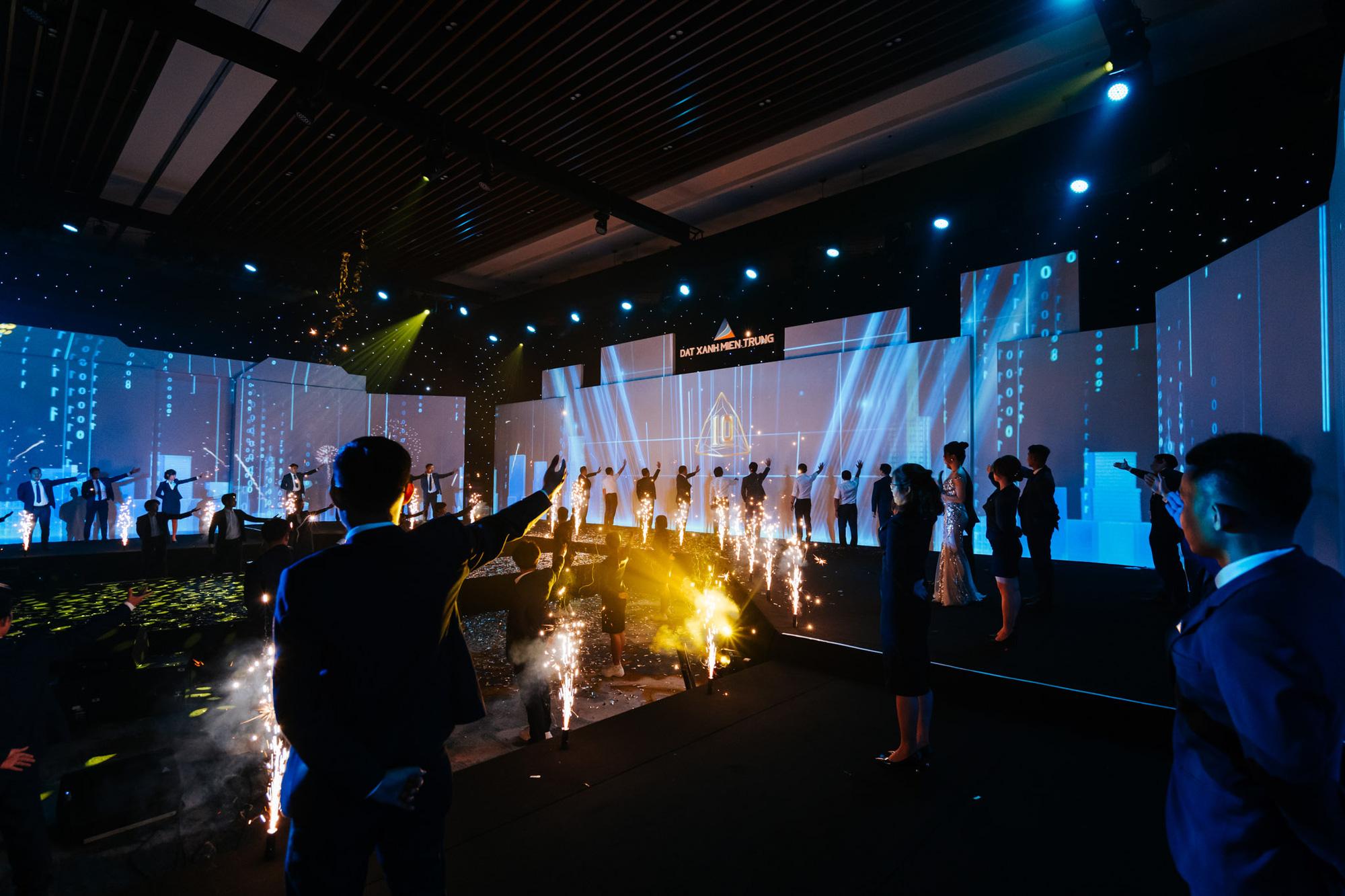Nghệ thuật và công nghệ ánh sáng tái hiện Sắc màu Thập kỷ, kỷ niệm 10 năm thành lập Đất Xanh Miền Trung - Ảnh 6.