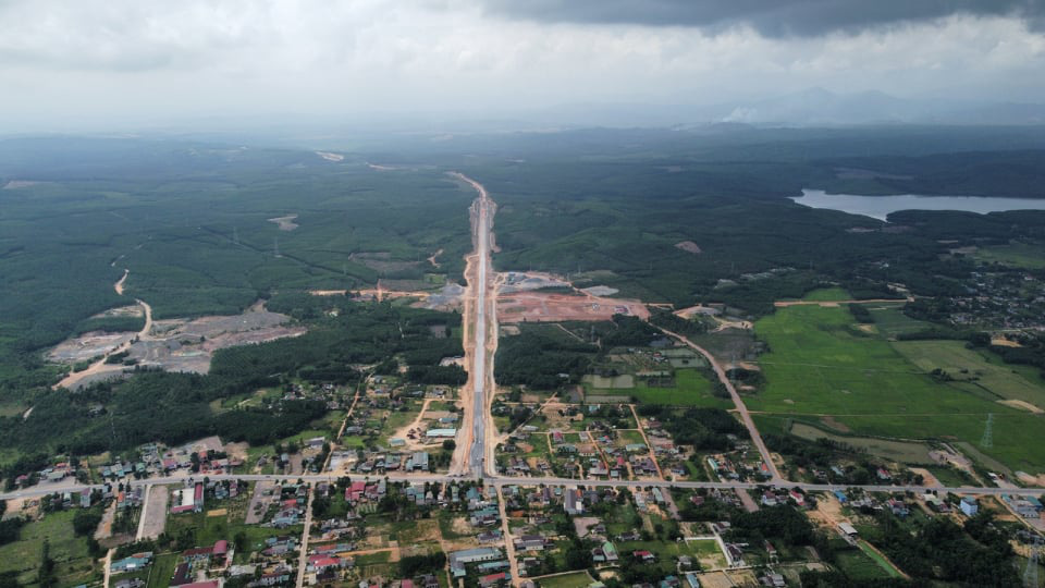 Tháng 4 Quảng Trị, xuyên rừng ngắm cung đường gần 8 ngàn tỷ những ngày tăng tốc - Ảnh 2.