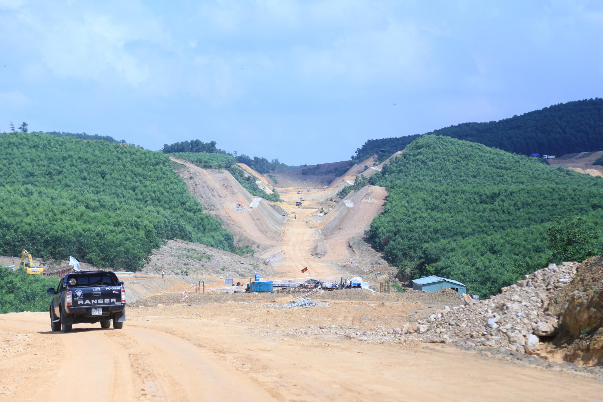 Tháng 4 Quảng Trị, xuyên rừng ngắm cung đường gần 8 ngàn tỷ những ngày tăng tốc - Ảnh 5.