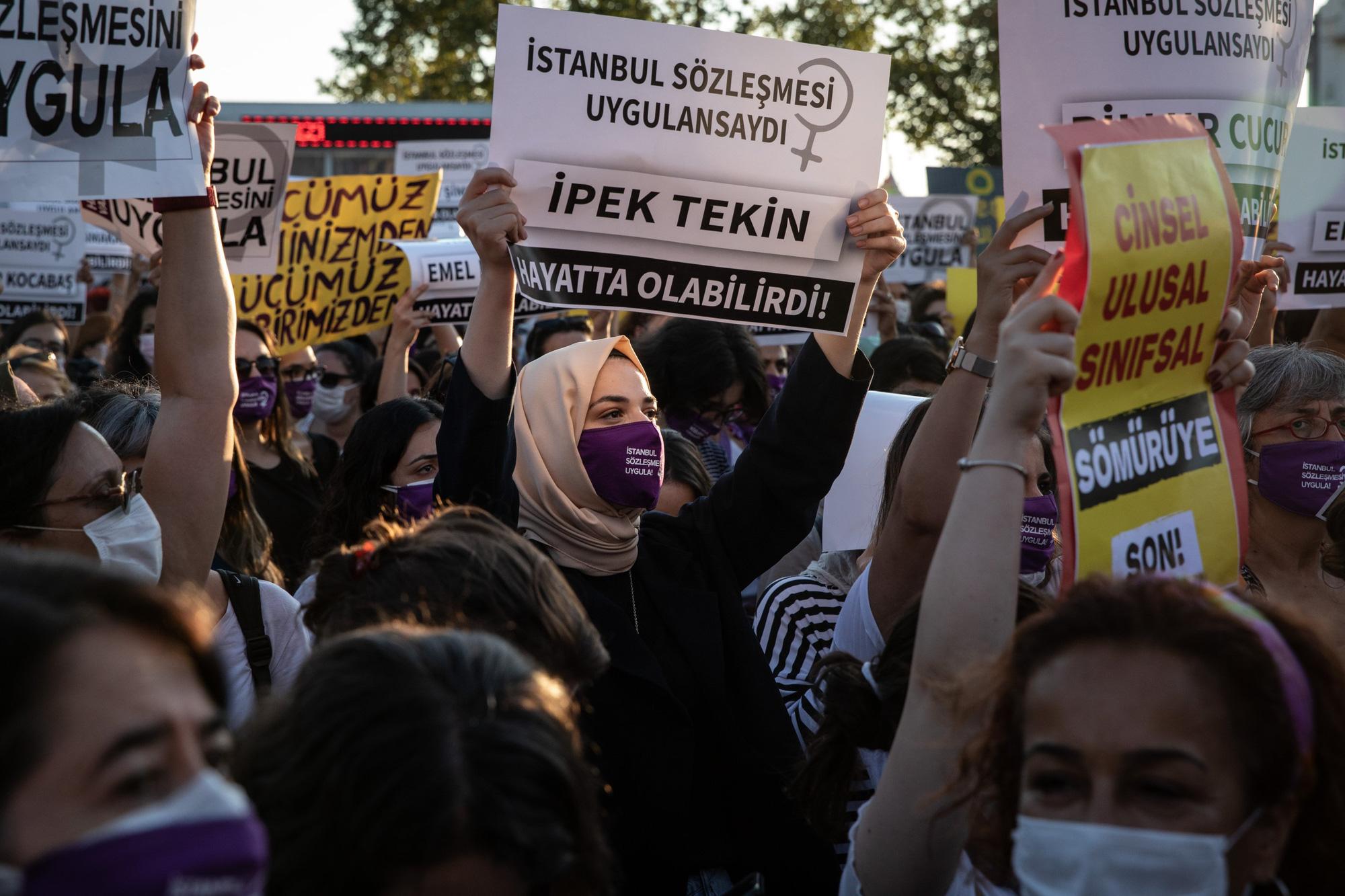 Thổ Nhĩ Kỳ: Hàng nghìn người biểu tình phản đối nạn bạo lực gia đình - Ảnh 1.