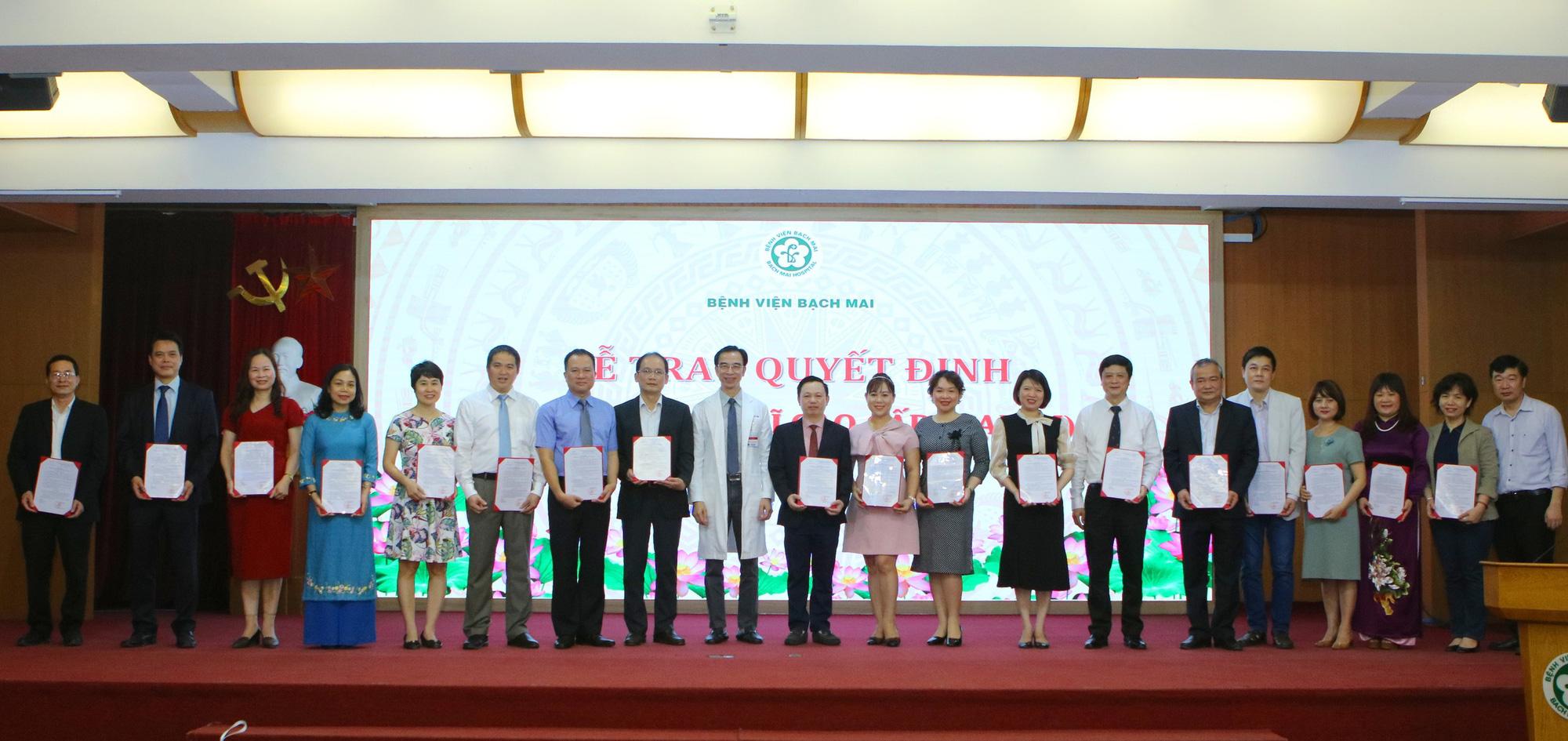 Giám đốc Bệnh viện Bạch Mai trao bổ nhiệm bác sĩ cao cấp cho 19 người - Ảnh 3.