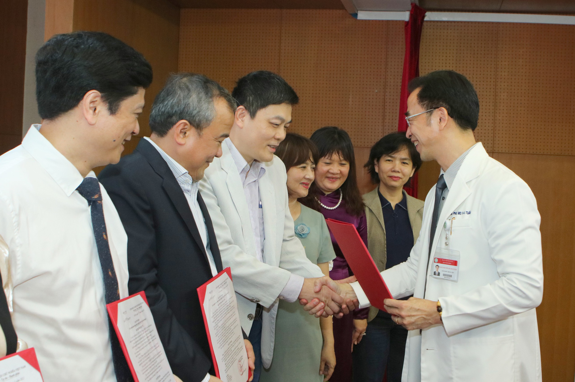 Giám đốc Bệnh viện Bạch Mai trao bổ nhiệm bác sĩ cao cấp cho 19 người - Ảnh 2.