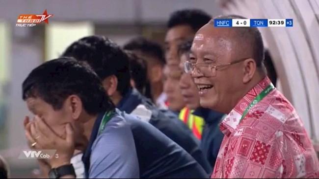 Cười tươi khi đội nhà thua trận, HLV Park có giống chủ tịch CLB Quảng Ninh? - Ảnh 1.